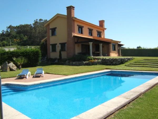 Large Villa For Rent With Garden And Pool Near Santiago Galicia